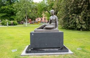 Istuva nainen